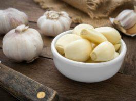 Не выбрасывайте даже шелуху — она спасет от многих бед. 14 рецептов лечения чесноком